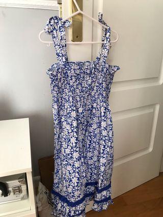 Vestido azul y flores blanco