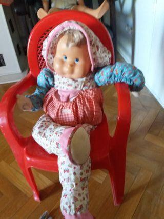Silla roja con muñeca grande