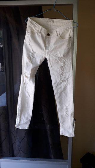 pantalon stradivarius TALLA 36/38 con mucho roto