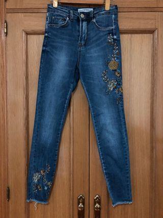 Pantalon con bordado flores