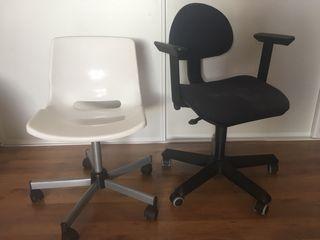 Dos sillas de escritorio blanca y azul