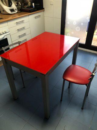Mesa cristal templado roja, 2 sillas a juego.