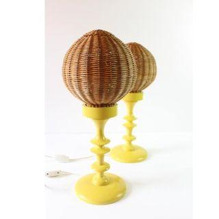 lámparas en amarillo vintage retro