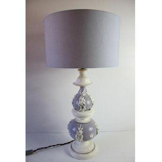 Antigua lámpara de mesa de madera tallada