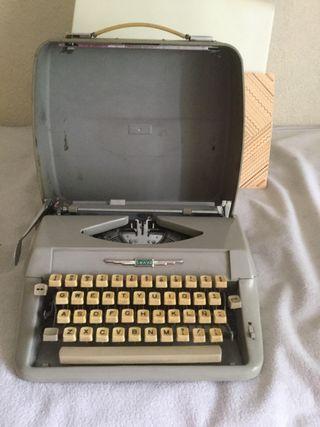 Maquina de escribir portatil. Marca AMAYA