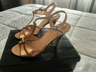 sandalias doradas y bronce