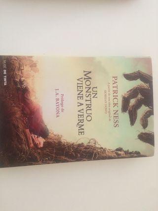 Libro Un monstruo viene a verme