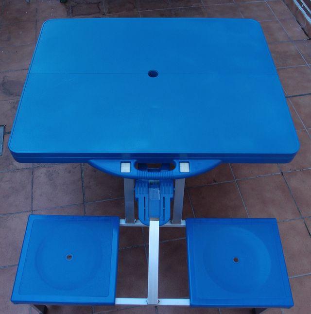 Mesa plegable con sillas para camping