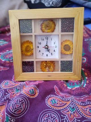 Reloj con flores secas y semillas decorativas