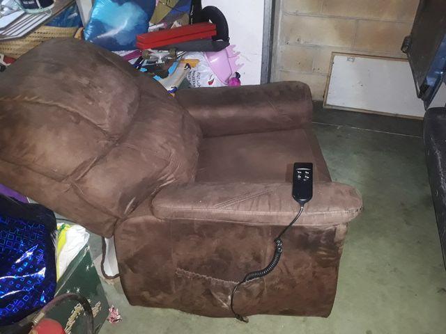 sofá eléctrico levanta personas