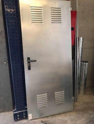 Puerta de chapa ventilada trastero