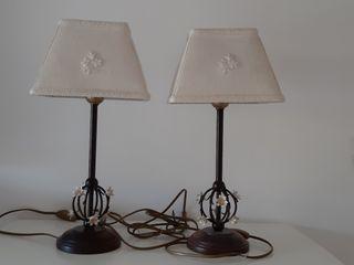Conjunto de lámparas de mesilla y techo.