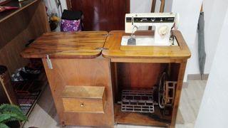 Mueble de caoba con máquina de coser Singer