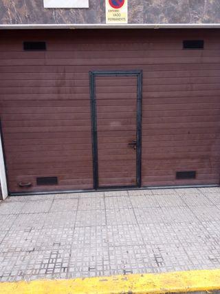 Garaje para capacidad para 4 coches con puerta de 3m de alto y 4m de ancho puerta automática con peatonal vado en vigor