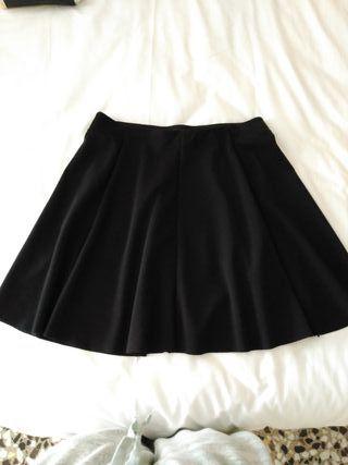 Falda negra con vuelo y cintura elástica