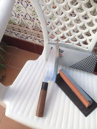 cuchillo deva japones y piedra de afilar yoshsikin
