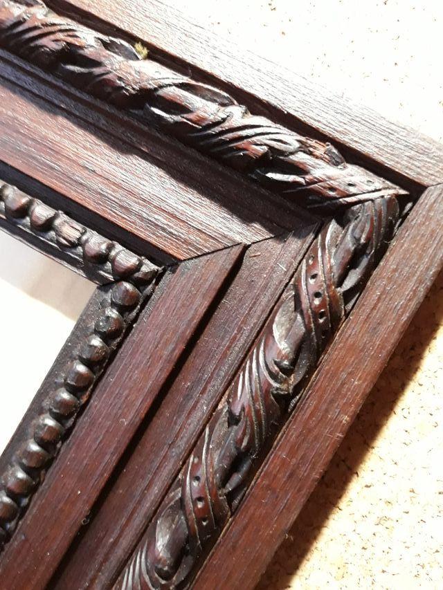 Marco antiguo de madera tallada con cristal
