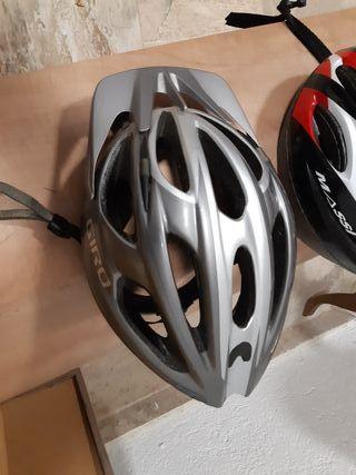 dos cascos de bicicleta
