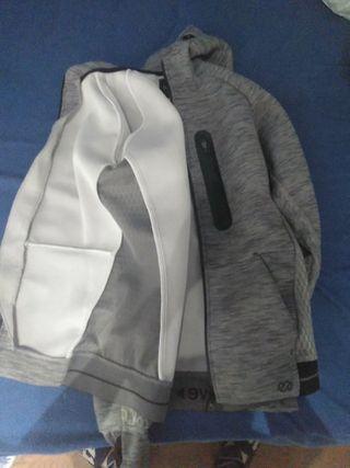 chaqueta de deporte gris
