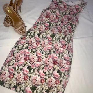 Vestido estampado y zapatos tacón