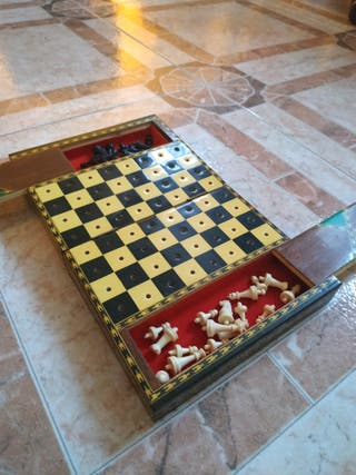 caja de ajedrez vintage policromada