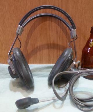 Auriculares con micrófono vintage. Años 70.