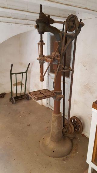 Antigüedad.Taladradora de hierro colado vertical