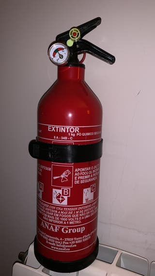 Extintor 1Kg polvo.