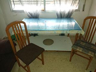 mesa con tarima y cristal dos sillas