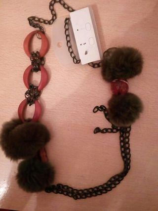 collar de pompones y cadenas.