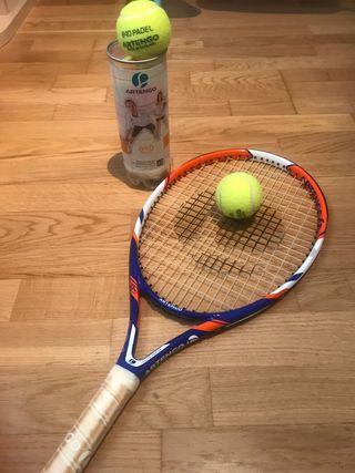 Raqueta de tenis y 5 pelotas