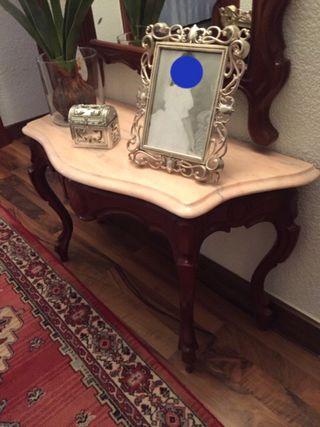 Entrada en madera con espejo.