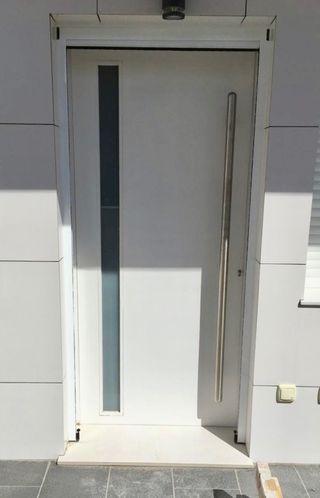 Puerta de entrada de diseño en blanco