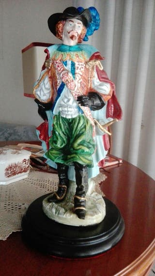 Figura de Mosquetero de porcelana antigua