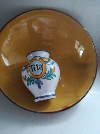 fuente de barro y jarrón de cerámica