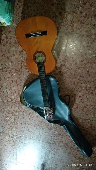 guitarra española con funda vintage