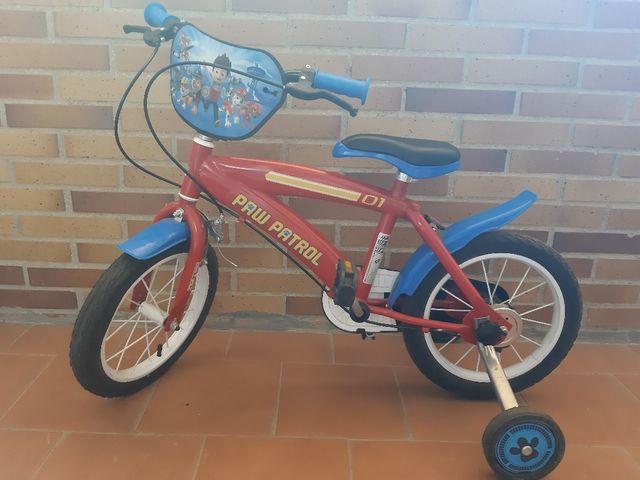bicicleta con pedales y ruedines