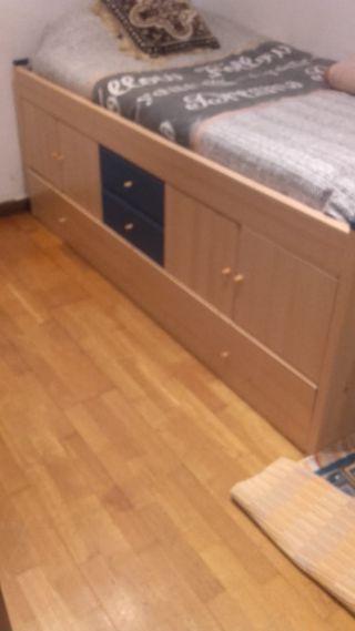 cama i un armario