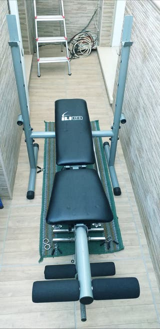 Banco de musculación y pesas