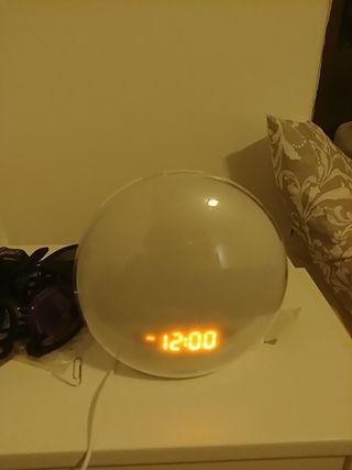 Reloj digital despertador y lámpara de mesa