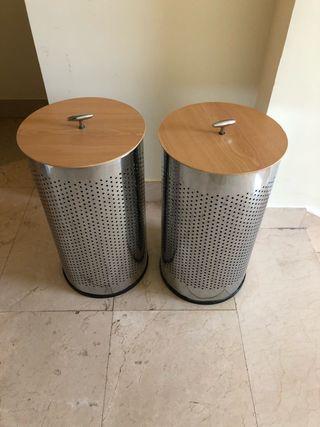 Cestos de cromo para la ropa con tapa de madera.