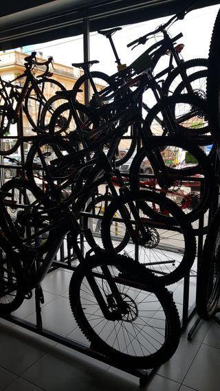 soportes pirámide tienda bicicletas