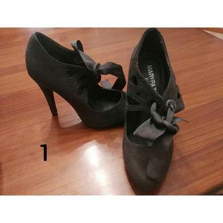 Varios zapatos de mujer