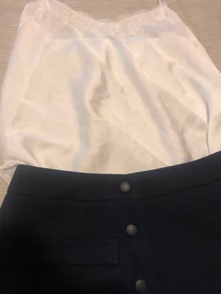 Top blanco encaje y falda azul marino