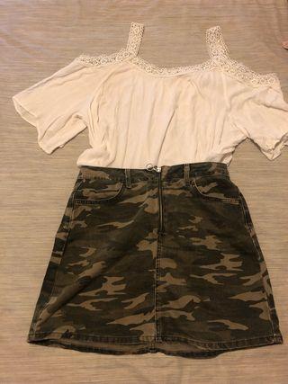 Camiseta hombro descubierto y falda camuflaje