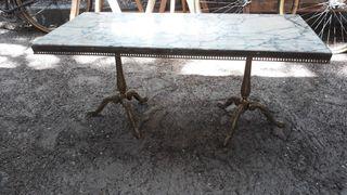 Mesa de salón de bronce y mármol.