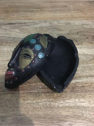 Cenicero con tapa forma de máscara.