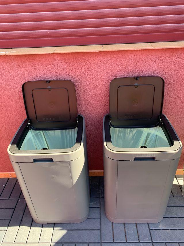 Cubos de basura.