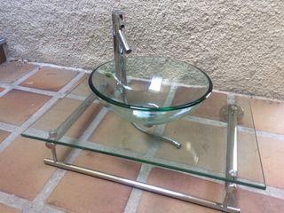 Lavabo de vidrio con grifo, encimera y soporte