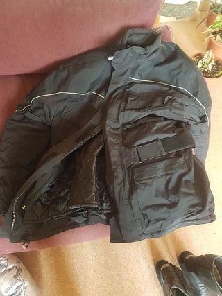 botas y chaqueta moto